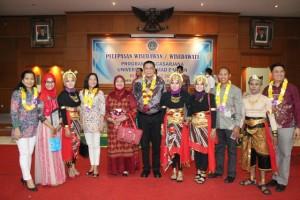 Lulusan Magister PBI Program Penyelesaian Tesis di USANT Filipina Bersama President USANT dan Kaprodi